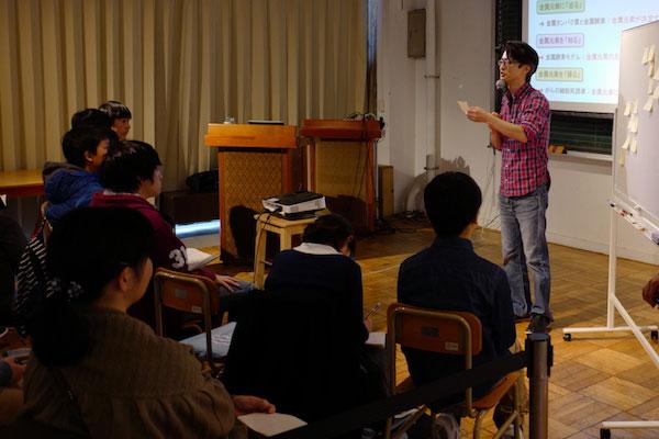 横浜サイエンスカフェで話す研究者