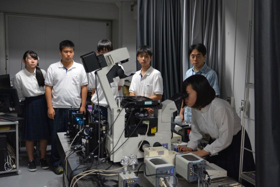 顕微鏡を体験する高校生たち