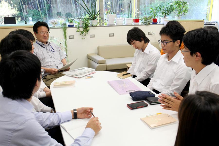 神さんとテーブルを囲んで勉強