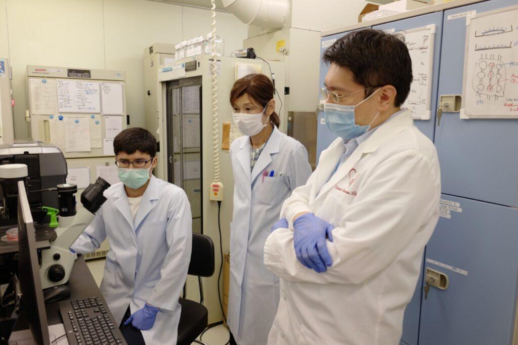 実験中の3名の研究者たち